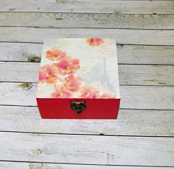 Paříž+v+květech+Dřevěná+krabička+o+rozměrech+cca+14x14+cm+a+výšce7+cm.+Krabička+je+natřena+akrylovými+barvami,+ozdobená+technikou+decoupagea+zapínáním.+Následně+přetřena+lakem+s+atestem+na+hračky,+uvnitř+nechána+přírodní.