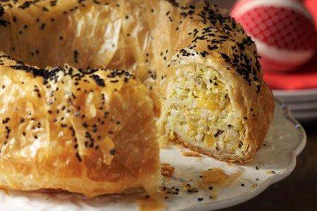 Μια υπέροχη συνταγή για μια πεντανόστιμη κολοκυθόπιτα με πράσα και γιαούρτι σε φύλλο κρούστας στη φόρμα. Αξιοποιήστε τη φθινοπωρινή κίτρινη κολοκύθα σε μια