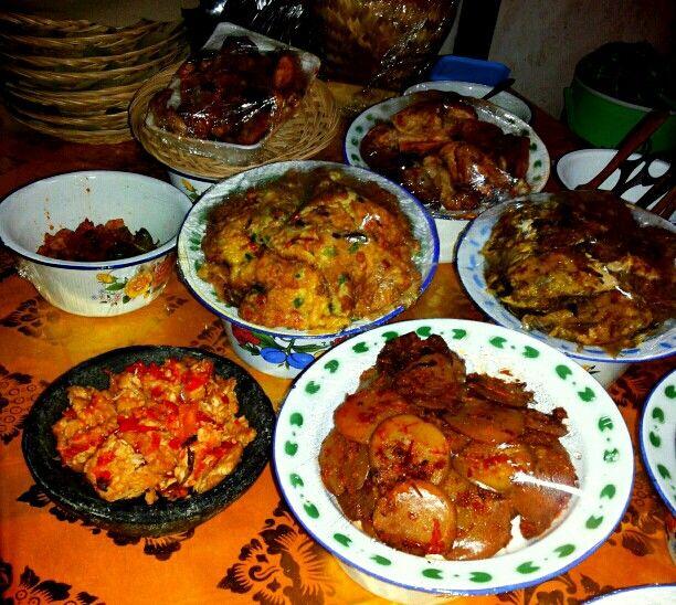 Ayam Betutu khas Bali, Jengkol Balado, sambel tempe cobek, ayam Taliwang khas Lombok, telur dadar, daging bumbu Bali khas Warung Nasi PEDESSS Tuturipah