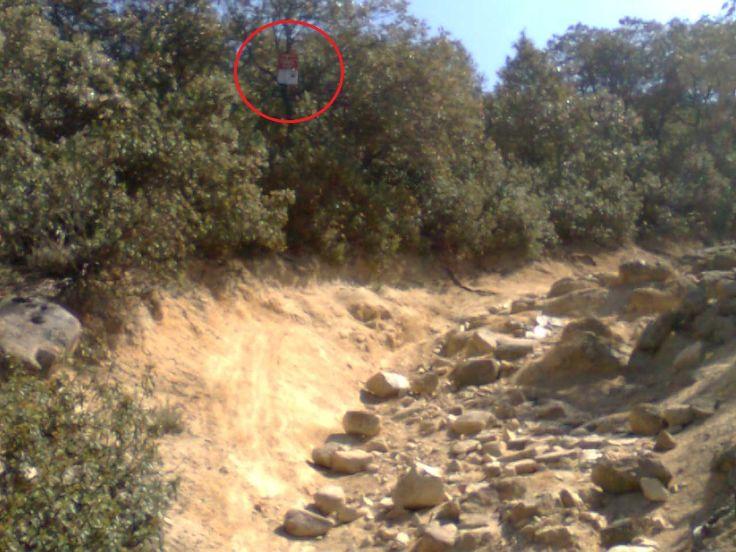 ACCESOS ILEGALES A LOS PICAZOS. Signos de erosión, bajo carteles de Propiedad Privada y Coto Privado de Caza.