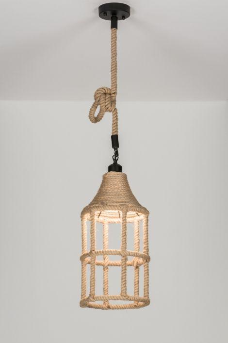 ART 72472 Dit bijzondere armatuur (45cm) is gemaakt van touw. De overige details zijn gemaakt van zwart metaal.  https://www.rietveldlicht.nl/artikel/hanglamp-72472-modern-landelijk-rustiek-lantaarn