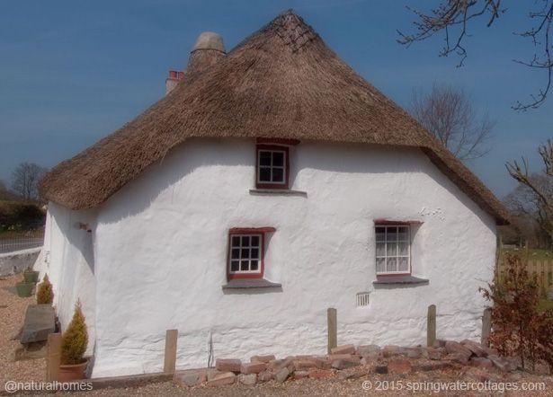 """Esta es una casa de """"clom"""" construida en el año 1750 en el valle de Aeron, Gales. El Clom (parecido al cob) es una mezcla de arcilla y fibra, en este caso hierba del pantano. Las paredes están protegidas con una lechada de cal tradicional y los arcos de roble y la estructura del techo son los originales del siglo XVIII. Más en www.naturalhomes.org/es/homes/clom-cottage.htm"""