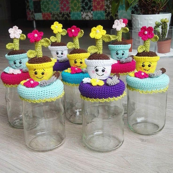hip.en.zacht:: KRUISBESTUIVING?! |  Of gewoon hard door haken? ;) De afgelopen dagen haakte ik nog meer juffen afscheidspotjes naar een patroon van Bizzy Bee Klaske #haken #häkeln #hekle #virka #crochet #diy #amigurumi #handmade #hakeniship #haakverslaafd #crochetersofinstagram #crochetaddict #bizzybeeklaske