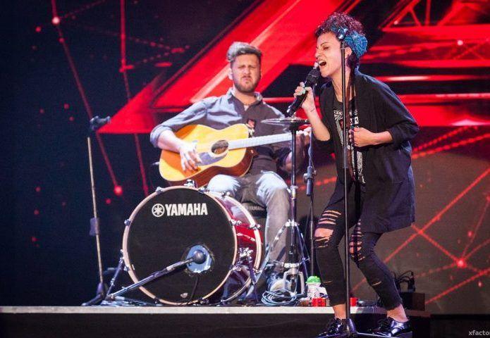 """I Daiana Lou si presentano sul palco di X Factor Italia e cantano """"Chandelier""""…"""