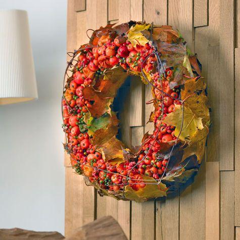 Fallwreath with fruits, berries and leafs - Herbstkranz aus Früchten, Beeren und Blättern