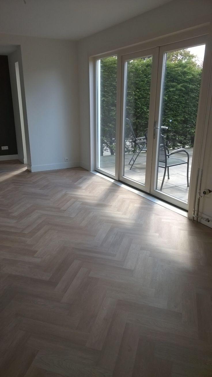 Project Floors visgraat pvc vloer. Gelegd door Anne Vianen van Art-Floor Katwijk. Afgewerkt met een mooie stijlvolle witte hoge plint. #visgraatpvc #artfloor