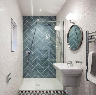 receveur extra-plat, paroi douche transparente pour la lumiere, carrelage graphique noir et blanc, pan de mur coloré pour donner du relief