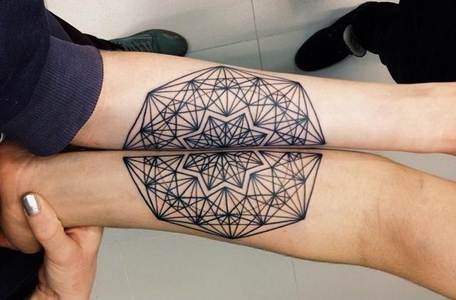 zusammenpassende Hälften eines Mandalas-Unterarm Tattoos