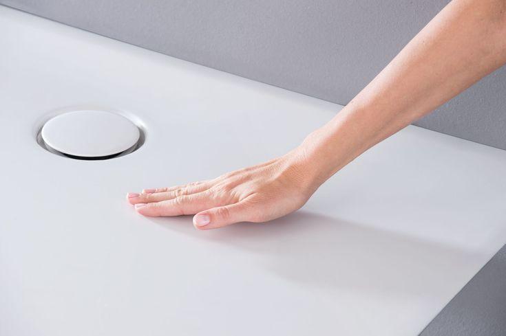 Geberit Setaplano'ya temas ettiğiniz anda eşsiz ipeksi yüzeyini parmaklarınızın ucunda hissedersiniz.