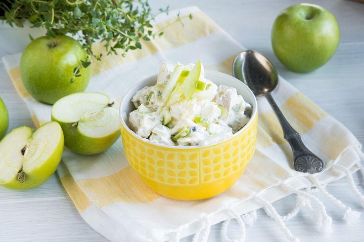 Potetsalat med eple, vårløk, nypotet og creme fraiche. Perfekt følge til grillmat med mye smak. Sjekk oppskriften her.