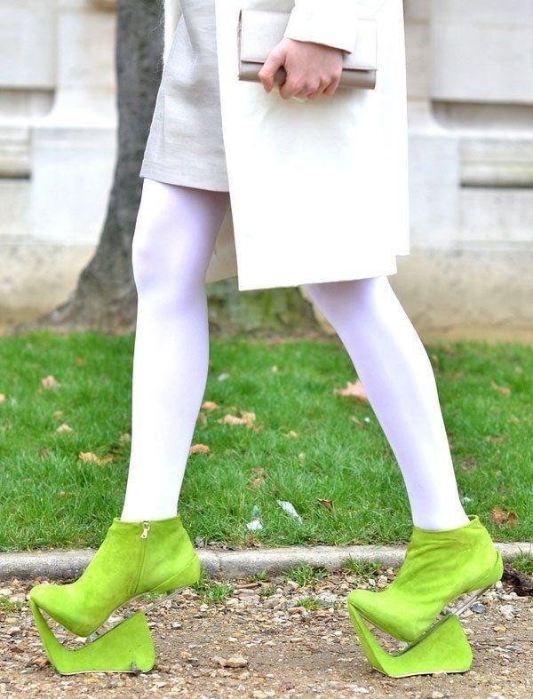 zapatos extraños de color verde limón