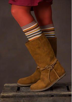 Von weichen Mokassins inspiriert, haben wir einen Stiefel mit halbhohem, weitem Schaft entworfen. Ein schönes Bindeband ziert den Knöchelbereich. Fantastisch zu Hosen oder einem gemusterten Rock! Die herrlichen Velourslederstiefel erhälst Du hier: http://www.gudrunsjoeden.de/mode/produkte/schuhe/stiefel-aus-veloursleder