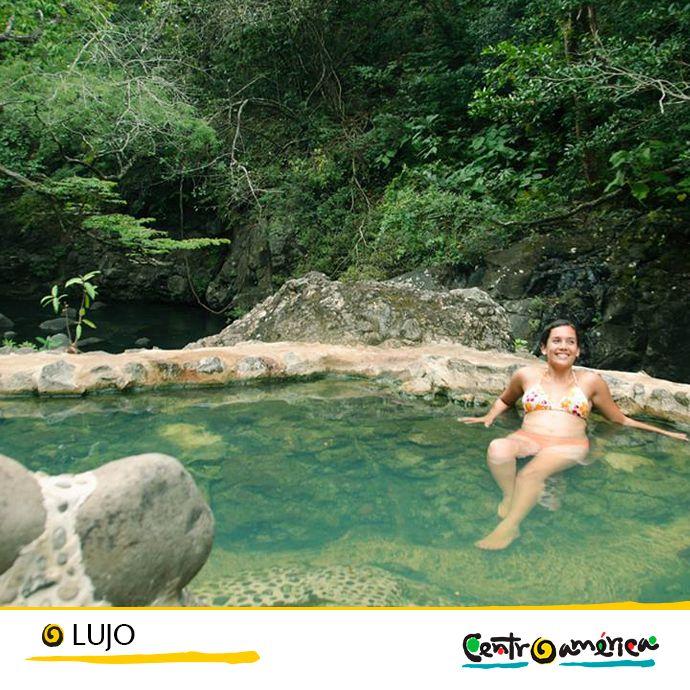 Tras haber recorrido las calles de una bonita ciudad o haber hecho una excursión para disfrutar de la naturaleza, nada mejor que terminar el día con un masaje agradable y un baño en aguas termales…   ¡Ven a Centroamérica!