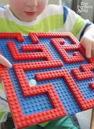 Knikkerbaan van lego Derde kleuterklas: zelf maken en een doosje lego blokjes bij geven die moeten gebruikt worden