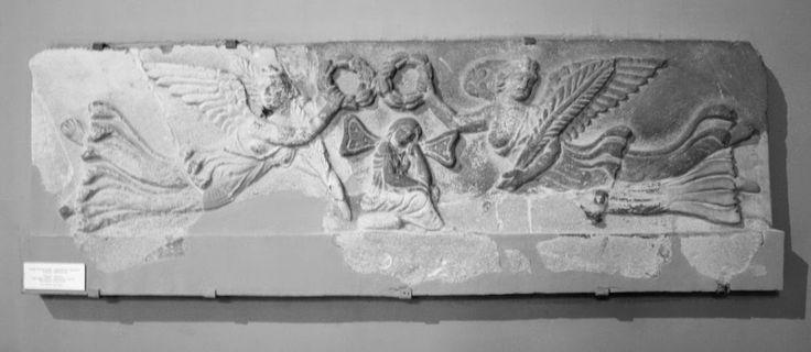 İstanbul arkeoloji müzesinde sergilenen kireç taşı Roma dönemine ait Sidon Sayda'dan bir lahit parçası...