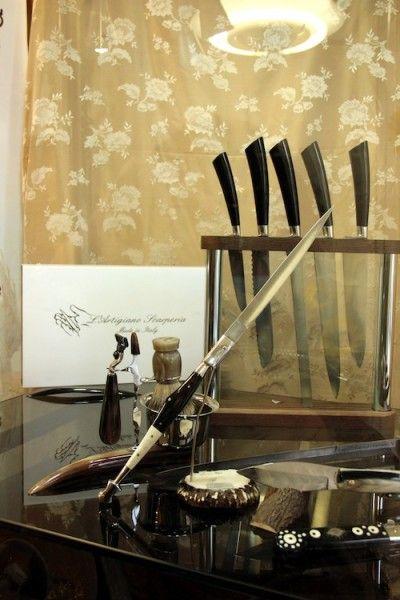 """SCARPERIA  un piccolo centro dalla lunga storia nel Mugello, ai piedi dell'Appennino, è da circa otto secoli il regno dei coltellinai, artigiani che trasformano l'acciaio, il legno e l'osso in oggetti di grande pregio e grande bellezza. Fin dal 1538 l'attività dei coltellinai fu regolata dagli """"Statuti dell'arte gladiatoria dei coltellinai di Scarperia"""", a dimostrazione dell'importanza della produzione delle lame nel paese: dai materiali da utilizzare alle tecniche di produzione ai rapporti…"""