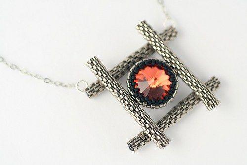 Oheň chycený v mříži (náhrdelník)