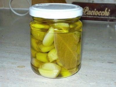 Aglio marinatoSpicchi di aglio sbucciati vino bianco secco latte intero aceto bianco olio extra vergine d'oliva aromi a piacere (alloro peperoncino) sale.con