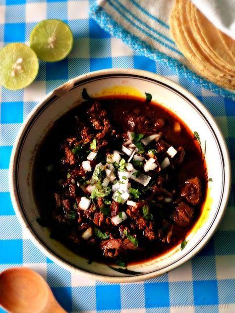 Trozos tiernos de res en una colorida salsa de chiles secos sazonada con comino y orégano.