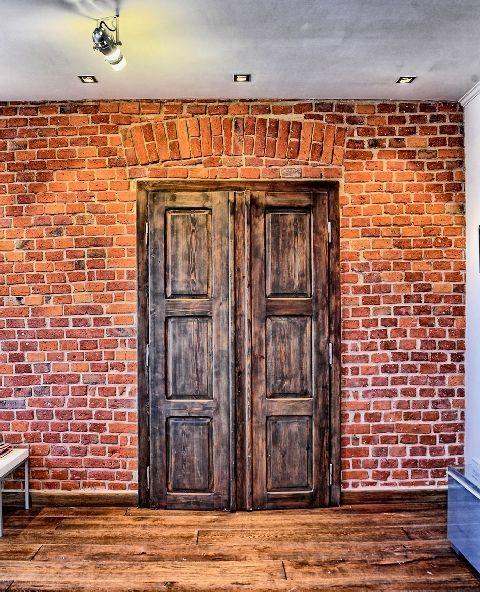 Efektownie odnowione stare drzwi wewnętrzne stały się ozdobą domu. Zostały zabezpieczone olejem