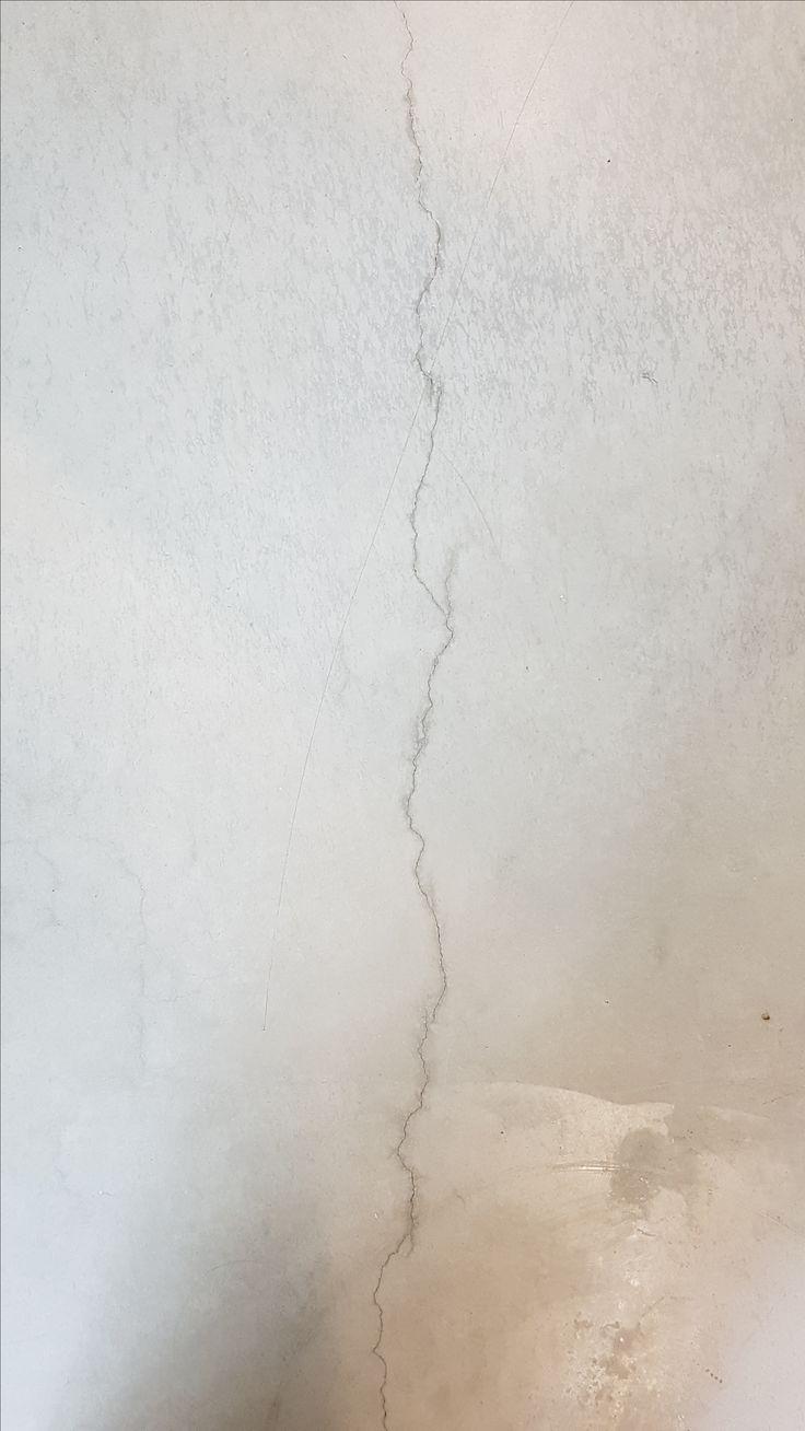 Een gebroken, bijna onzichtbare lijn die de vloer van het gebouw splitst.