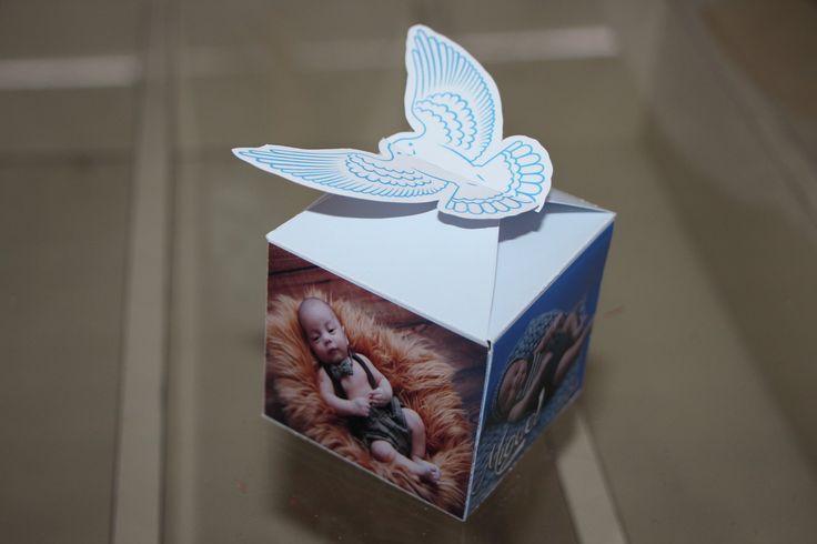Caixinha Personalizada para lembrança de batizado!  A caixa é personalizada com fotos e nome da criança, além da data do batizado!    A caixa tem fechamento automático, onde poderão ser escolhidos o desenho para dar fechamento, podendo ser um ursinho, o simbolo do espírito santo ou outro que dese...