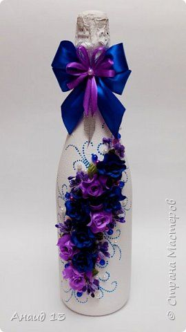Бутылочка-подарок на День рождения. Материалы: краска акриловая белая; цветочки из ткани; бусины синие, сиреневые, жемчужные; ленты, контур синий с перламутром. фото 1