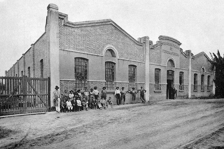 1917 - Rua William Speers, bairro da Lapa, com a antiga Fábrica de Pregos Martins Ferreira & Cia. Na imagem é possível observar o proprietário da fábrica, na porta principal e seus funcionários. Observem que a maioria dos operários na fotografia são crianças.