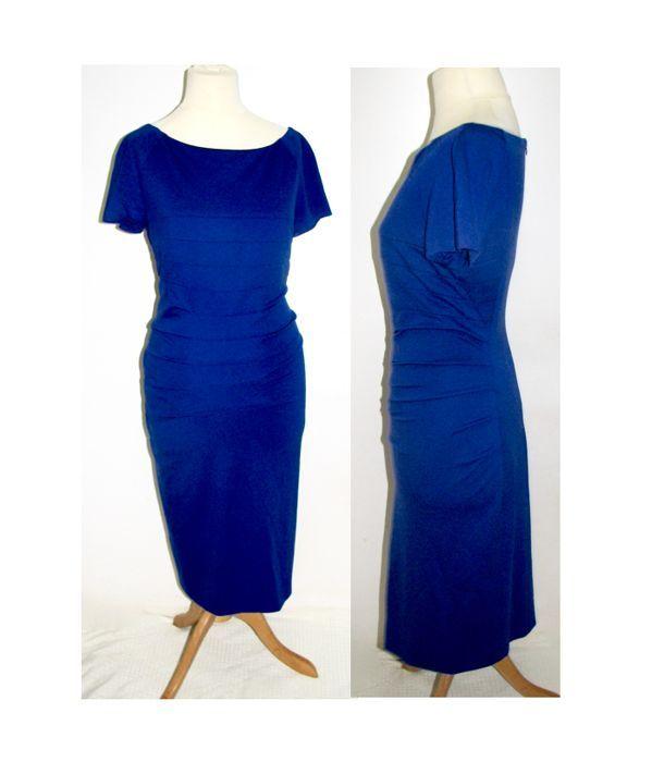 Escada - Royal Blue in de stijl van een bodycon jurk  Prachtige royal blue ESCADA jurkLichte bodycon stijl via panelen maar ongelooflijk verfijnde en vleiendVolledig bekleed ritssluiting in de rug zeer strechy105 cm lang1/2 borst 48 cm1/2 taille 38 cmGelieve te controleren de metingen zoals ESCADA is een van de paar ontwerpers die nogal royaal formaat.Gelieve te controleren de ESCADA catalogus ik denk dat zij het nog steeds een lijst voor de verkoopprijsKomt uit een rook vrij huis…