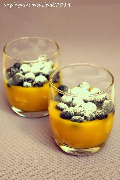 Un pinguino in cucina: Bicchierini di finta crema pasticcera con meringhe e mirtilli