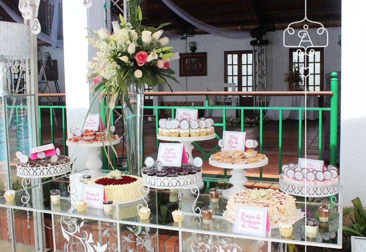 Mesa dulce para matrimonio, variedad de ponqués y petit fours