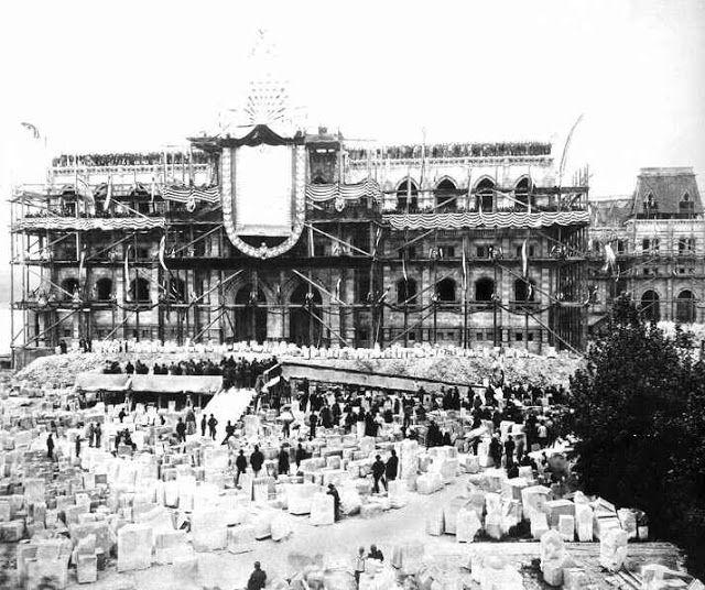 Budapest az épülő Parlament.
