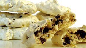 Очень простой рецепт вкусного печенья из воздушного безе с кусочками орехов и шоколада. Ингредиенты: белок куриных яиц - 2 штуки сахар (пудра) - 110 г ванильный сахар - 10 г шоколад черный - 50 г гре…