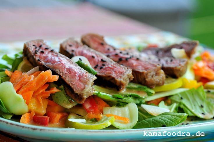 Asia Steak Salat mit Baby Pak Choi, Mango und Kokos-Galgant-Limettendressing