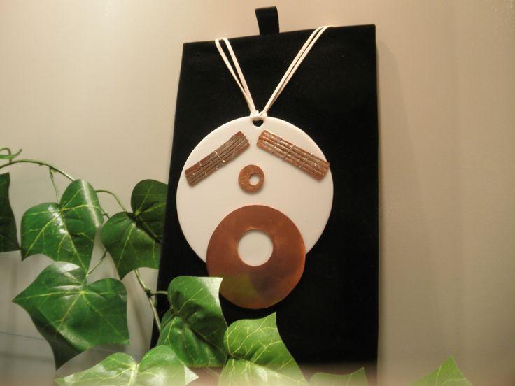Colgante hecho en acrílico y cobre. $28.000 (cog08)(mm)
