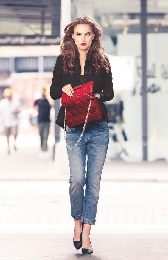 Adoro essa foto! Natalie Portman arrasando com seu look cool - Jeans, blazer e bolsa vermelha.. preste atenção ao detalhe - Batom vermelho poderoso!! Ousem mais meninas!! Tem seleção de Bolsas vermelhas aqui -http://buyerandbrand.com.br/mododeusarmoda/?bi=2q4afWS e eu amo esse modelo -http://buyerandbrand.com.br/mododeusarmoda/?bi=2q04qeA
