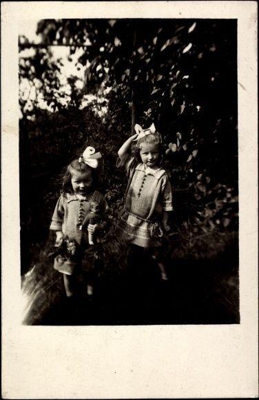 Foto Ak Zwei Mädchen mit ihren Puppen, Haarschleifen