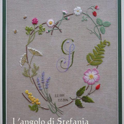 Вышивка  Sotto, due dettagli dei fiori.   Per i fiori a cinque petali ci sono tre sfumature di violetto, quattro di azzurro, e cinque verdi diversi. Il centro dei fiori è ricamato a punto nodini. Tutto