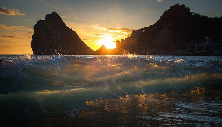 Свет Солнца освещает глубину  Сквозь сотни километров и одну волну…    Украина, Крым, Симеиз