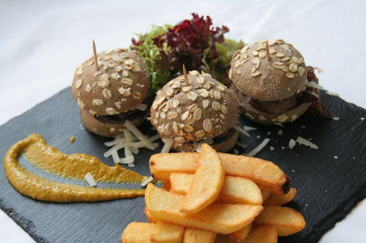 Minihamburguesa de ciervo con cebolla caramelizada, virutas de parmesano y mayonesa de Dijon.  ¡Perfecta!