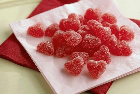 Ma sokak nagy kedvencét, a gumicukor házi receptjét mutatom meg nektek. Ezzel minden gyereket levehettek a lábáról. Elkészíteni sem lesz nehéz, amellett, hogy így sokkal olcsóbb mintha a boltban vennétek meg. Hozzávalók:  2 dl gyümölcslé 1,5 evőkanál zselatin por (langyos…
