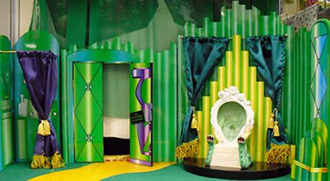 The Wizard of Oz - Emerald City & Wizard's Chambers Playset - 14877 - Shop - Monarch Collectibles – Dolls, Dollhouses, Clothing, Furniture, Miniatures, Bears, Plates