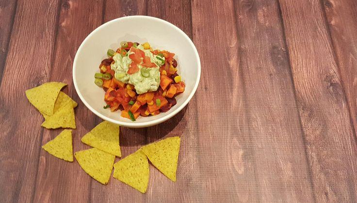 Een heel leuk vegetarisch gerecht, deze chili met zoete aardappel, bonen en guacemole
