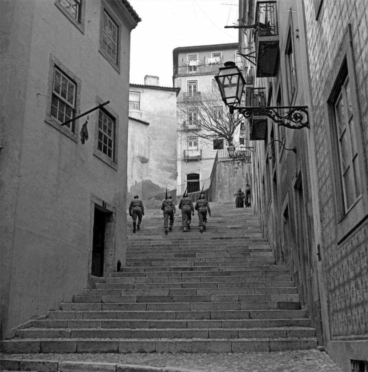 Beco dos Surradores nos anos 40 com a patrulha do Exército Português.
