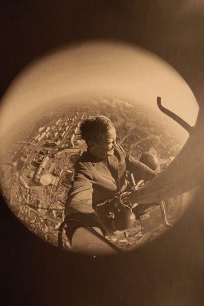 Selbstporträt in luftiger Höhe: Festgegurtet an der Feuerleiter, die bis zur Spitze des Berliner Fernsehturms führt, macht Kiesling ein Selbstporträt mit dem Fish-Eye-Objektiv.