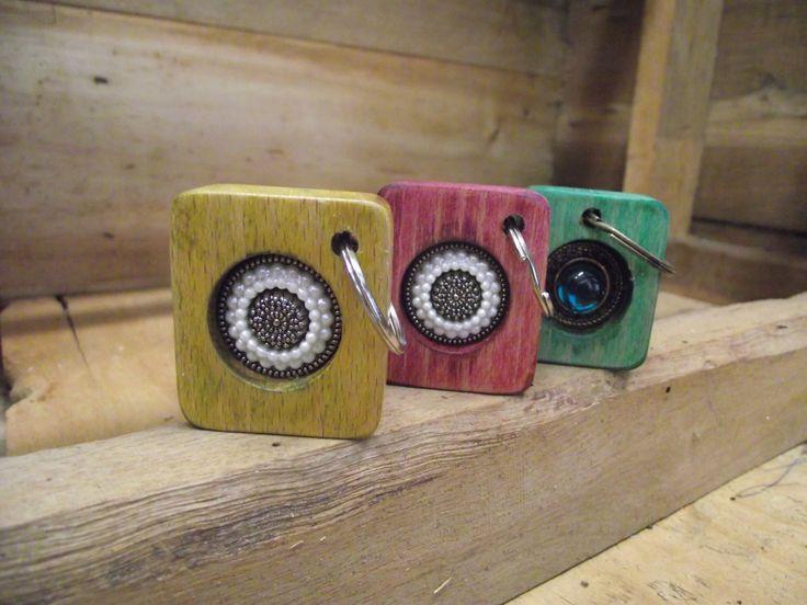 De fusta amb botó en diferents colors