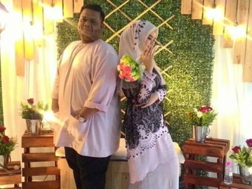 Gambar Pertunangan Angah Raja Lawak Dengan Wawa  PELAKON komedi tanah air, Iskandarsah Hashim atau lebih mesra dikenali dengan Angah Raja Lawak selamat melangsungkan pertunangannya dengan seorang gadis pilihannya yang hanya dikenali sebagai Wawa,...