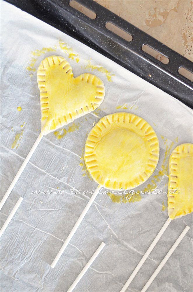 Lecca Lecca salati di pasta sfoglia: http://www.tavolartegusto.it/2013/09/13/lecca-lecca-salati-di-pasta-sfoglia/