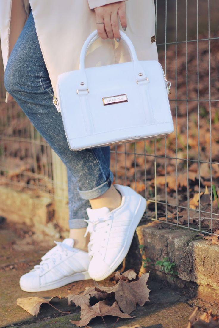 Look com a cor do ano: Rose em um casaco longo de alfaiataria com uma camisa branca fofa e Adidas Superstar nos pés! Abusando do minimalismo e sendo fashion ao mesmo tempo!