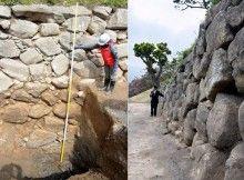 Solda: A kaz, Okazaki Kalesinin taş duvarını ve Aichi Prefecture'daki Okazaki'ye gömülmüş bir bölümü gösterir.  (Okazaki'nin eğitim kurulu tarafından sağlanır);  Sağda: Otogawa nehri nehri kenarında Okazaki Kalesi çevresinde taş duvarın bir bölümü (Go Kitaueda)